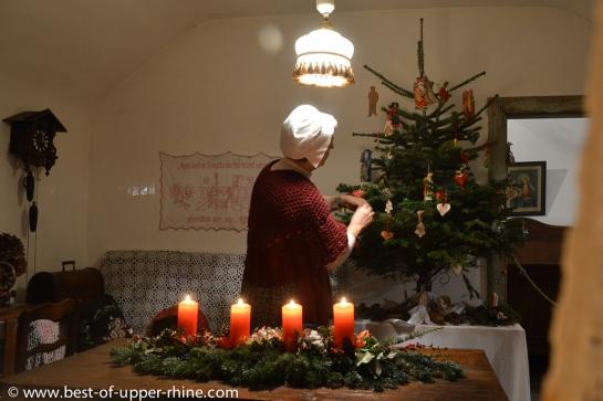 La fermière décore son sapin à l'Ecomusée d'Alsace.