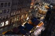 Les visiteurs du marché de Noël près de la cathédrale de Strasbourg durant la semaine.