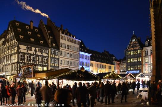 Marché traditionnel de Noël en face de la cathédrale de Strasbourg.
