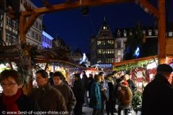 Marché de Noël devant la cathédrale de Strasbourg avec la célèbre maison Kammerzel en arrière-plan