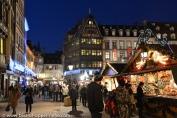 Marché de Noël devant la cathédrale de Strasbourg avec la célèbre maison Kammerzel