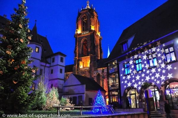Noel à Sélestat. Sapin et église St-Georges en arrière plan.