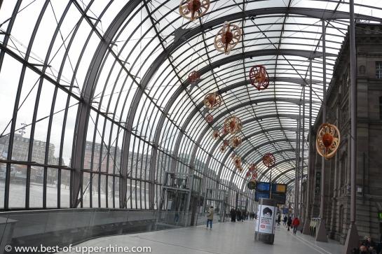La grande verrière de la gare de Strasbourg. Prendre le train jusqu'à la gare centrale de Strasbourg. Et à partir de là prendre le tram au centre-ville