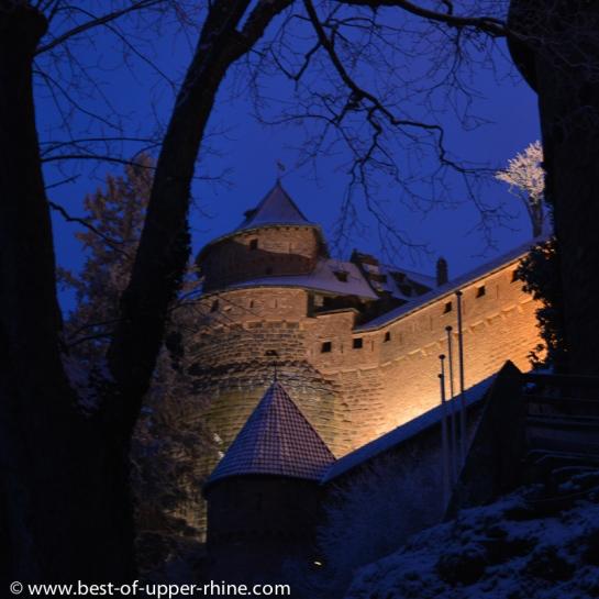 Les imposantes murailles du château du Haut-Koenigsbourg, la nuit en hiver