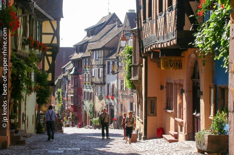 Belles façades colorées de la rue principale de Riquewihr, Alsace