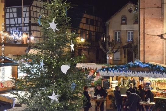 Marché de Noël à Riquewihr. Les stands de l'esplanade des remparts sont ouverts tous les jours