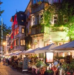 Le vieux Strasbourg aux abords de la cathédrale. Restaurants de la rue du Maroquin.
