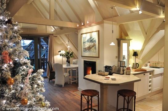 Espace à vivre de l'appartement la Cigogne Blanche aux Remparts de Riquewihr avec son sapin de Noël.