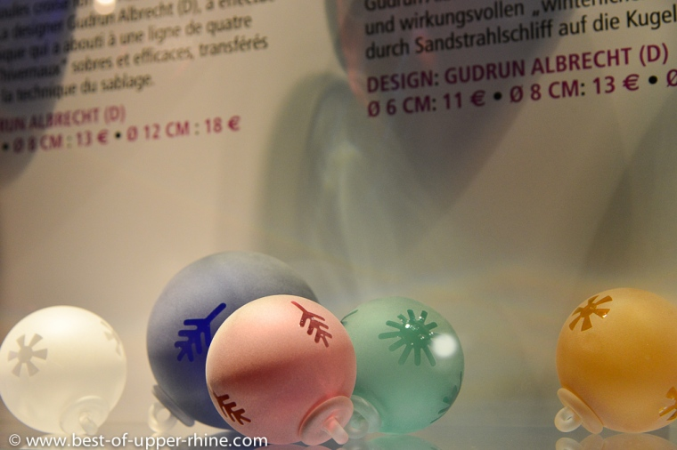 Boules de Noël soufflées à la verrerie de Meisenthal.