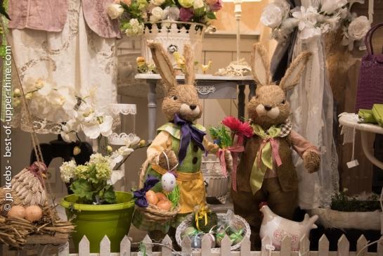 Lièvres de Pâques, Boutique Mélodie de la Vie. Rue des Remparts à Riquewihr.