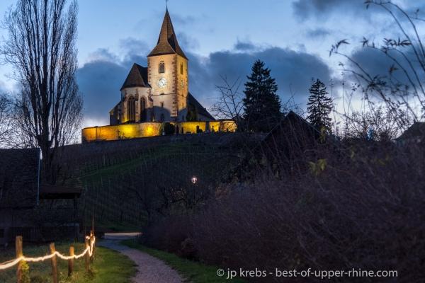 Eglise fortifiée de Hunawihr le soir en décembre.
