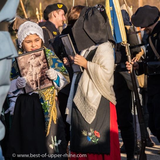 Des enfants en costume alsacien traditionnel et des chasseurs alpins.