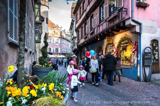 La rue des Marchands à Colmar, devant le musée Bartholdi.