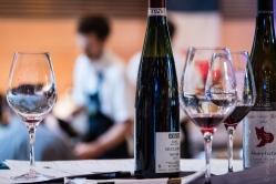 Tous les participants reçoivent et goûtent chaque vin.