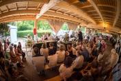 Bien à l'abri sous la belle galerie en bois, les chefs font leur show.