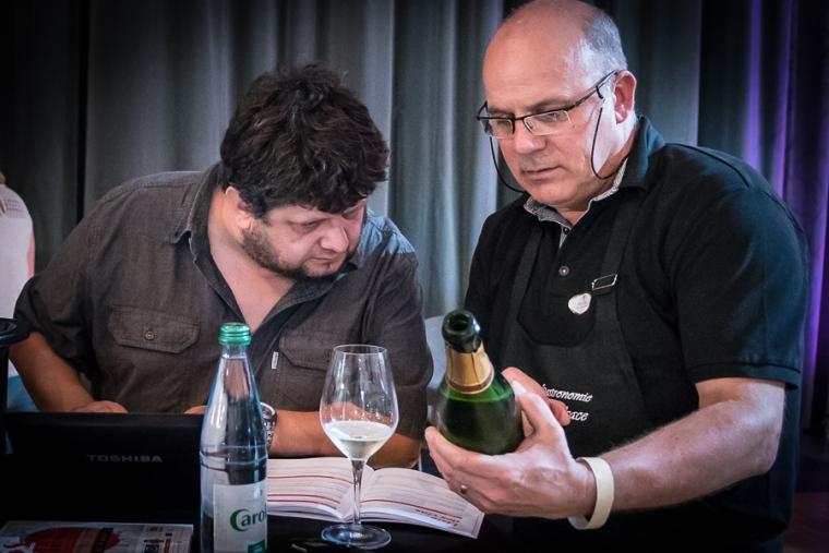 Yves Beck déguste des crémants d'Alsace