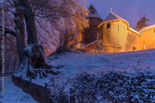 Le château du Haut-Koenigsbourg illuminé sous la neige