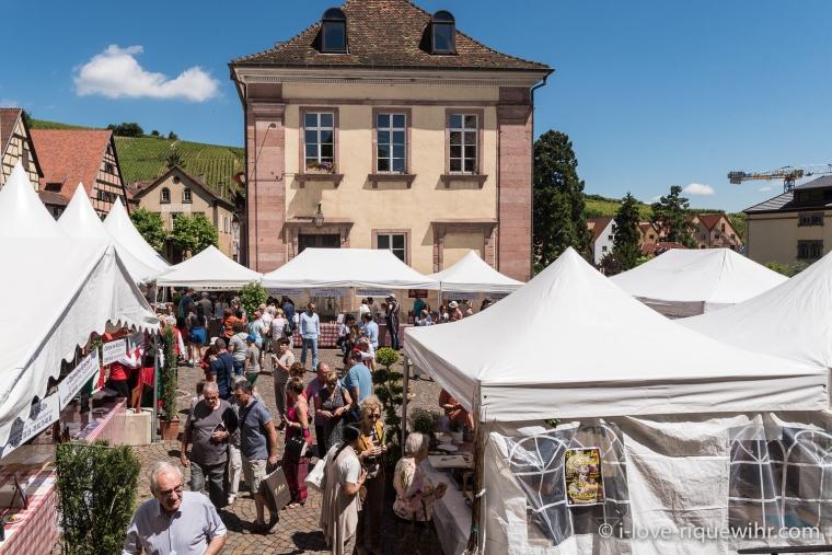Les stands des restaurateurs et vignerons de la Knepfelfacht à Riquewihr.