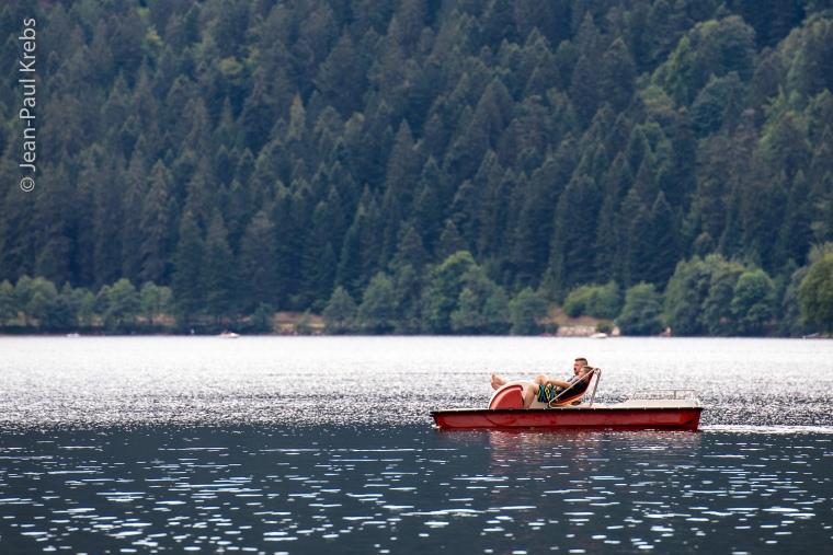 Navigation paisible en pédalo sur le lac de Longemer.
